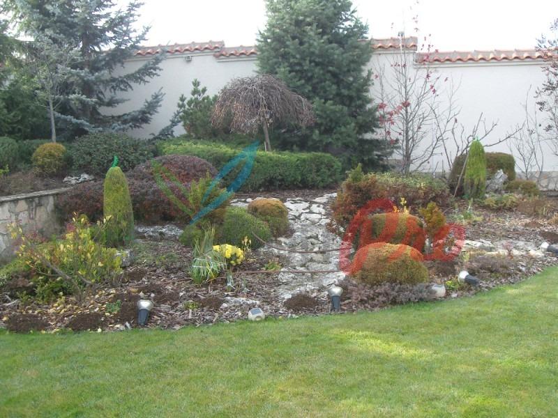 красив двор с цветя в софия
